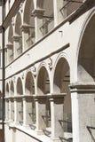 14世纪防御城堡Pieskowa Skala,拱廊庭院,在克拉科夫附近,波兰 免版税库存图片