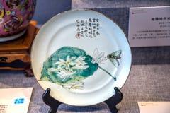 19世纪陶瓷工作与兰花板材的对此的 免版税库存图片