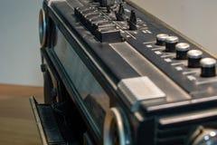 20世纪70年代和80s音乐听通过卡式磁带,一个磁存储器设备 收音机是非常大 免版税库存照片