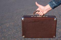 20世纪30年代手提箱的葡萄酒手提箱在妇女手上在backgr 库存照片