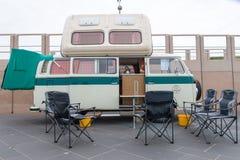 20世纪60年代样式VW运输者露营车Kombi停放了在斯海弗宁恩海滩 免版税图库摄影