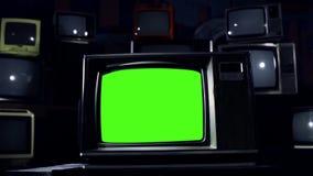 20世纪80年代电视在许多电视中间的绿色屏幕 蓝色钢口气 影视素材