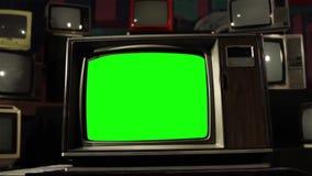 20世纪80年代电视有许多老电视的绿色屏幕 中立口气 移动式摄影车射击 股票录像
