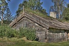 从17世纪90年代的瑞典老木房子在HDR 库存照片