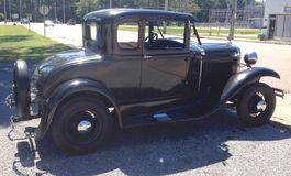 黑20世纪40年代福特古董车侧视图  免版税库存图片