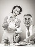 20世纪50年代食用样式的夫妇早餐 免版税库存照片