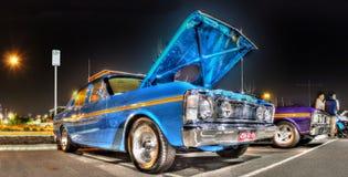 20世纪70年代x系列福特猎鹰在晚上 库存照片