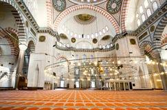 16世纪Suleymaniye清真寺内部有建筑奇迹和明亮的光的 免版税图库摄影