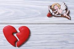 丘比特和伤心。曲奇饼框架在情人节 免版税库存图片