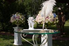 丘比特,笔在桌上的andÂ证明婚礼注册的 免版税图库摄影