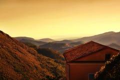 丘陵地带的一个房子在日落期间的南法国 免版税库存图片