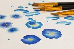 丙烯酸漆平刷 基本的一张冲程绘画,为初学者解释的绘画冲程 手拉的民间蓝色花, cre 免版税库存图片