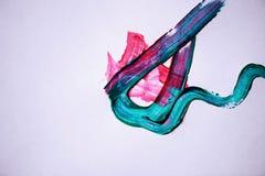 丙烯酸漆踪影在一张白色纸片的 抽象线路 颜色艺术  免版税图库摄影