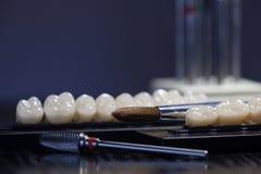 丙烯酸酯的牙和牙齿仪器 嚼牙小组 免版税库存图片