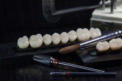 丙烯酸酯的牙和牙齿仪器 嚼牙小组 免版税库存照片