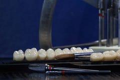 丙烯酸酯的牙和牙齿仪器 嚼牙小组 库存照片