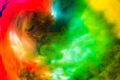 丙烯酸酯的颜色和墨水在水中隔绝了多色背景 五颜六色的油漆飞溅 抽象背景 库存照片