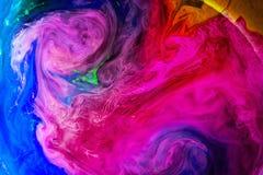 丙烯酸酯的颜色和墨水在水中隔绝了多色背景 五颜六色的油漆飞溅 抽象背景 图库摄影