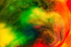 丙烯酸酯的颜色和墨水在水中隔绝了多色背景 五颜六色的油漆飞溅 抽象背景 免版税库存照片