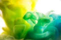 丙烯酸酯的颜色和墨水在水中 抽象背景框架 在白色 免版税库存图片