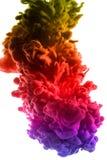 丙烯酸酯的颜色和墨水在水中 抽象背景框架 查出在白色 免版税库存照片
