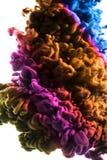 丙烯酸酯的颜色和墨水在水中 抽象背景框架 查出在白色 免版税库存图片