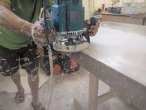 丙烯酸酯的worktops的生产在家具工厂的 工作者在工厂生产丙烯酸酯的工作台面 工作者擦亮剂 库存图片