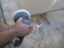 丙烯酸酯的worktops的生产在家具工厂的 工作者在工厂生产丙烯酸酯的工作台面 工作者擦亮剂 库存照片