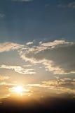 业余演出的戏剧与云彩的日落天空 免版税库存图片
