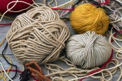 业余爱好编织的许多人员纱线 免版税库存图片