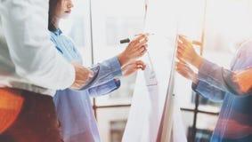 业务会议办公室 照片妇女文字统计数据图板 照片帐户经理乘员组与新一起使用 免版税库存照片