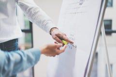 业务会议办公室 特写镜头显示统计信息图板的照片人 照片工作与的帐户经理乘员组 免版税库存图片