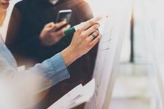 业务会议办公室 特写镜头照片妇女文字统计信息图板 照片工作与的帐户经理乘员组 免版税库存图片