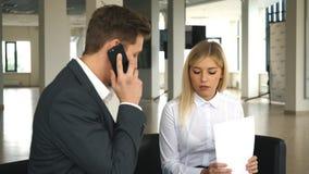 业务会议在办公室两谈论的商人合同 股票录像