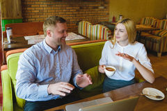 业务会议在咖啡馆 愉快或成功的男人和妇女谈判 库存照片