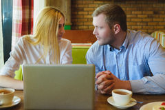 业务会议在咖啡馆 男人和妇女谈判 库存图片