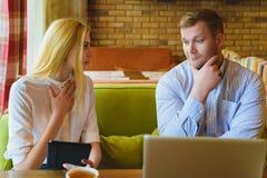 业务会议在咖啡馆 男人和妇女谈判 免版税库存照片