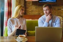 业务会议在咖啡馆 男人和妇女谈判 免版税库存图片