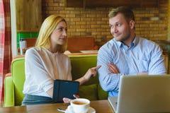 业务会议在咖啡馆 男人和妇女谈判 库存照片