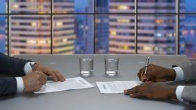 业务会议在摩天大楼办公室 股票视频