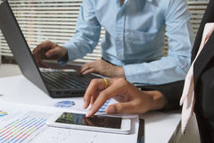 业务会议小组 工作照片的职业投资者飞行项目 财务任务 数字式片剂巧妙的便携式计算机 免版税图库摄影