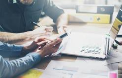 业务会议,合作 照片年轻businessmans乘员组与新的起始的项目一起使用在现代顶楼 通用 免版税库存图片