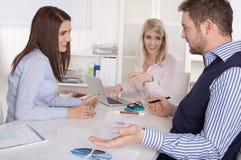 业务会议:坐在tabl附近的院和控制器 免版税库存图片