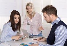业务会议:坐在tabl附近的院和控制器 库存照片