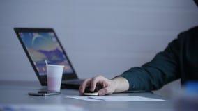 业务会议 一个人控制从膝上型计算机的介绍有老鼠的 影视素材