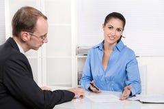 业务会议-咨询-男人和妇女在办公室 免版税库存图片