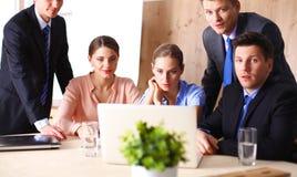 业务会议-经理谈论工作与他的同事 库存照片