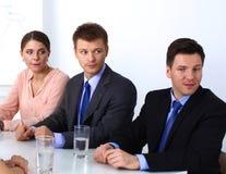 业务会议-经理谈论工作与他的同事 库存图片