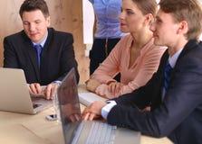 业务会议-经理谈论工作与他的同事 免版税库存照片