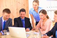 业务会议-经理谈论工作与他的同事 免版税库存图片